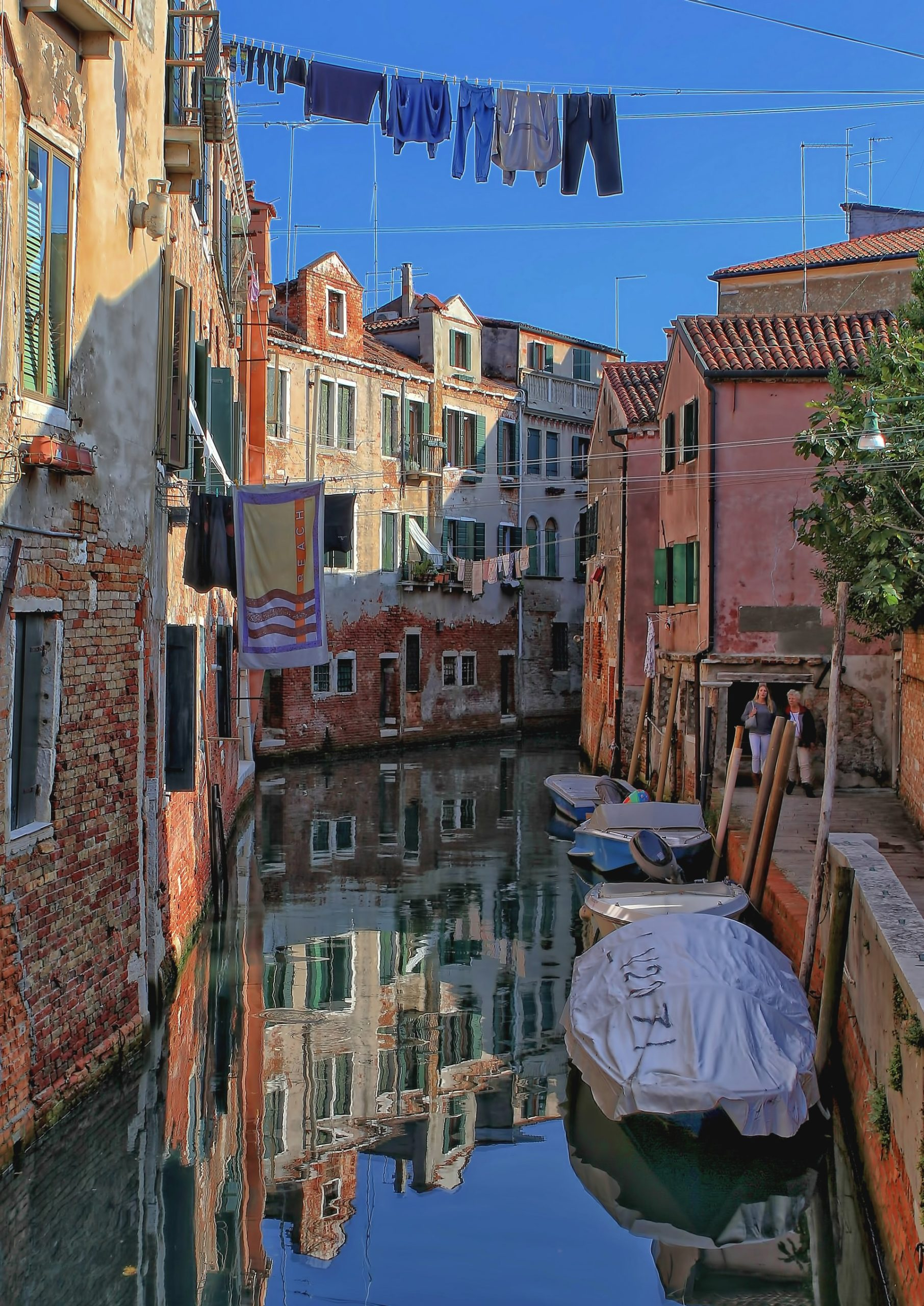 image of a canal surrounded by colourful buildings, how to write setting